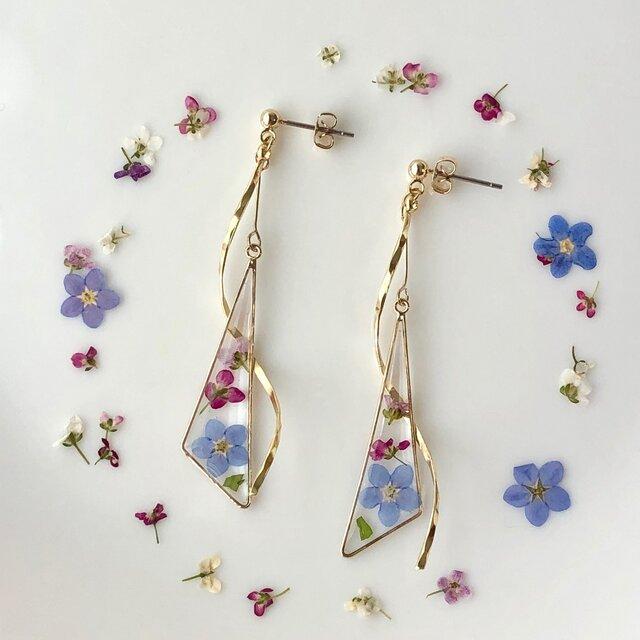 三角のゴールドに色の違う小さなお花たちを閉じ込めて、ウェーブ を合わせることで女性らしい華奢な雰囲気に。。